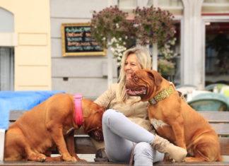 donna con due cani